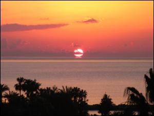 地中海から上る太陽