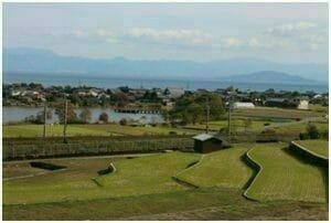 (信長に焼き討ちされた田畑や小さな村。右上に浮かぶ島の向こうに安土がある。)