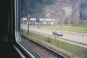 スイス(鉄道:左、 車:右)