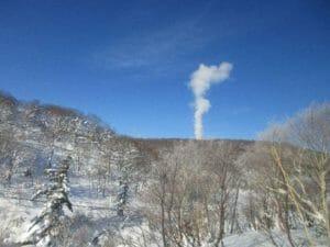 青空を背景にした湯煙の光景