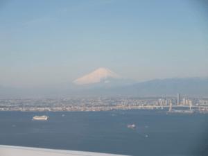 着陸態勢時見えた富士山とダイヤモンド・プリンセス号
