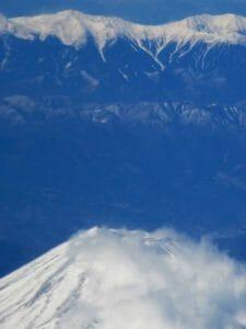 富士山の火口の向こうに南アルプスの山々が雪に覆われていた
