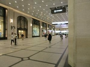阪急百貨店とグランドビルの間の広い通路も人通りはまばら