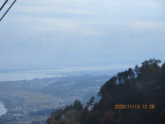 琵琶湖が霞んでいたが琵琶湖大橋をとらえることが出来た