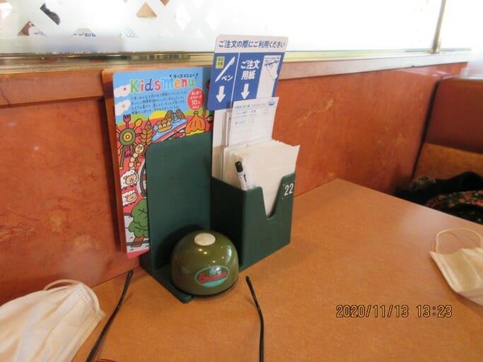 注文伝票に書いてボタンを押す仕組み
